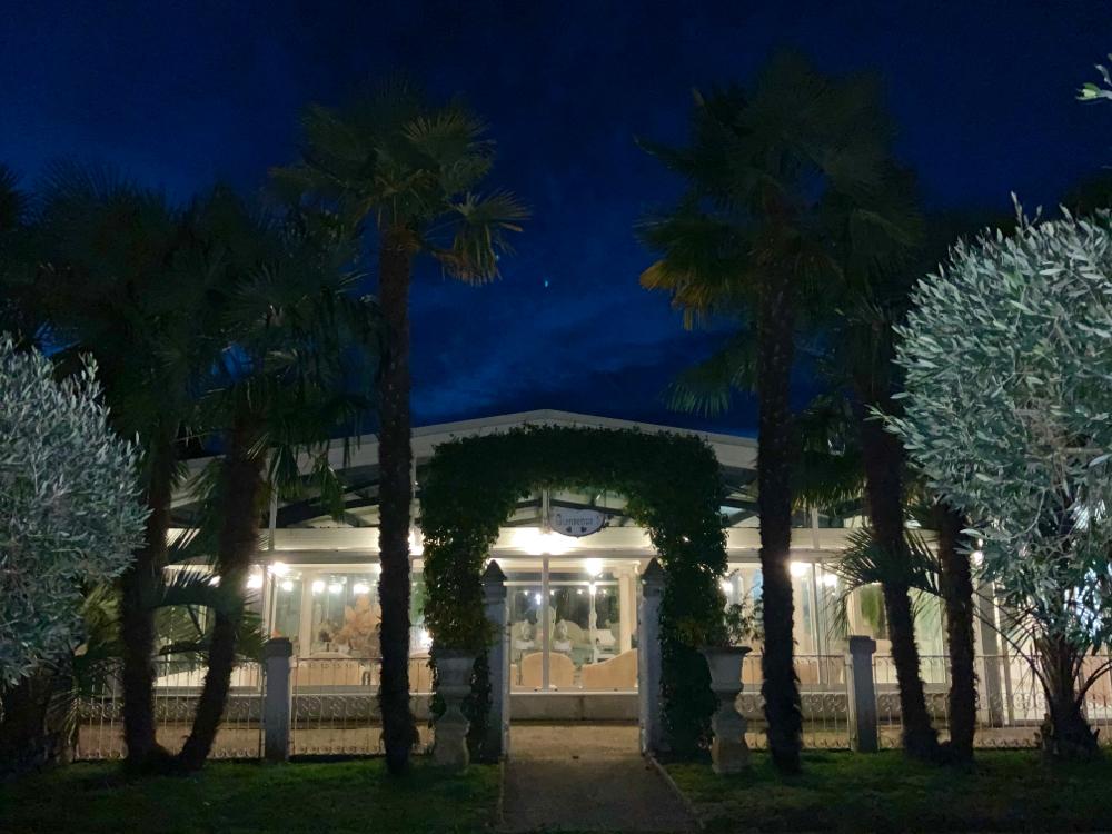 La salle de réception éclairée  vue de l'extérieur