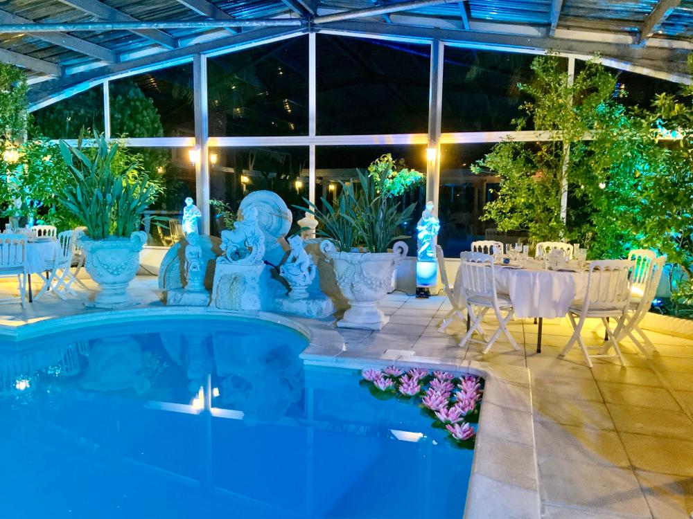 Avec sa piscine sécurisée et sa décoration sobre et chic, votre événement sera un moment inoubliable.