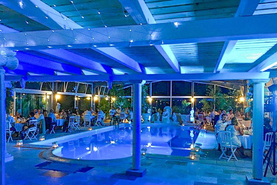 La salle de réception est spacieuse avec son poolhouse de 400 m2 pouvant accueillir jusqu'à 100 personnes.