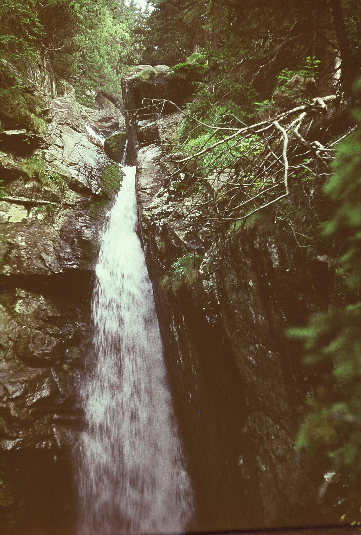 der Wasserfall wird am Rand überwunden