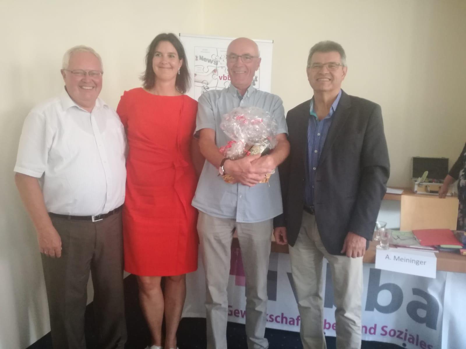 Cosima Eberius und Waldemar Dombrowski danken Otmar Schad für sein langjähriges Ehrenamt als Schriftführer im LV. Axel Lehmann LV a.D. spricht ebenfalls seinen Dank aus.