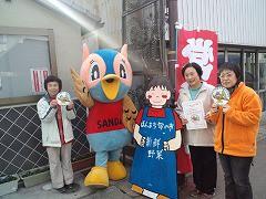 「ほんまち 旬の市」は、三田市内で栽培した朝取り新鮮野菜を生産者が販売しています。新鮮なので日持ちが良いと喜ばれています。令和2年8月10日をもって閉店致しました。
