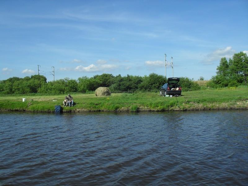 Pêcheurs au bord de l'eau