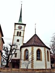 Schiefer Kirchenturm von Nidau