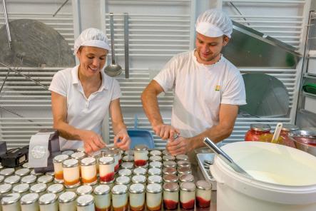 Joghurts aus Schafmilch werden abgefüllt auf der Bio-Hofkäserei Mitterhub in Großarl