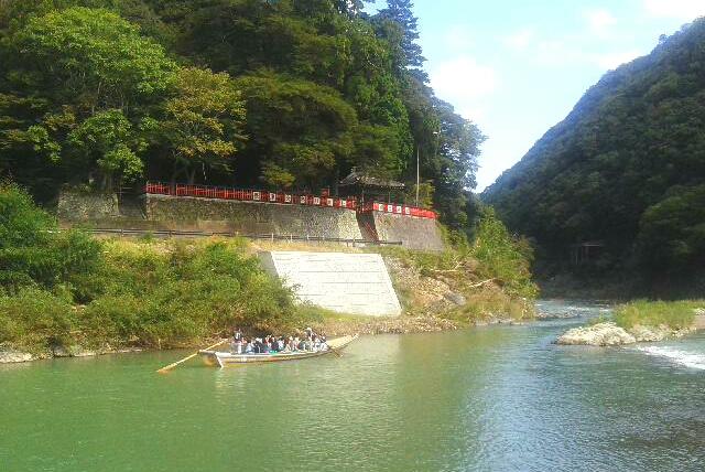 保津川の対岸の神社