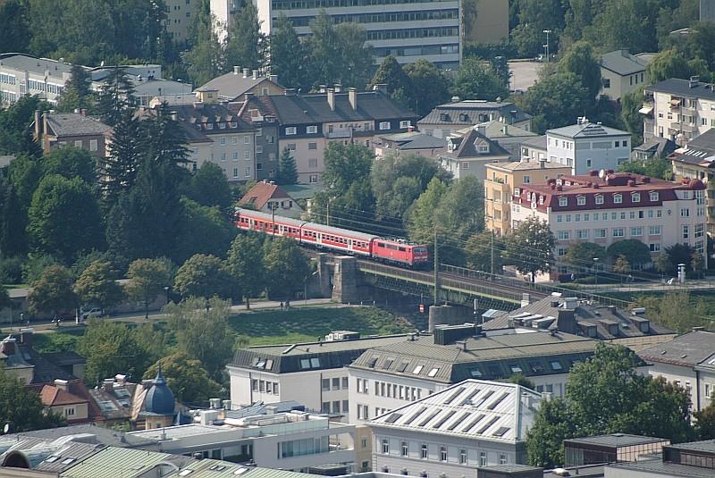 August 2003,  Einfahrt über die Salzach in den Bhf Salzburg