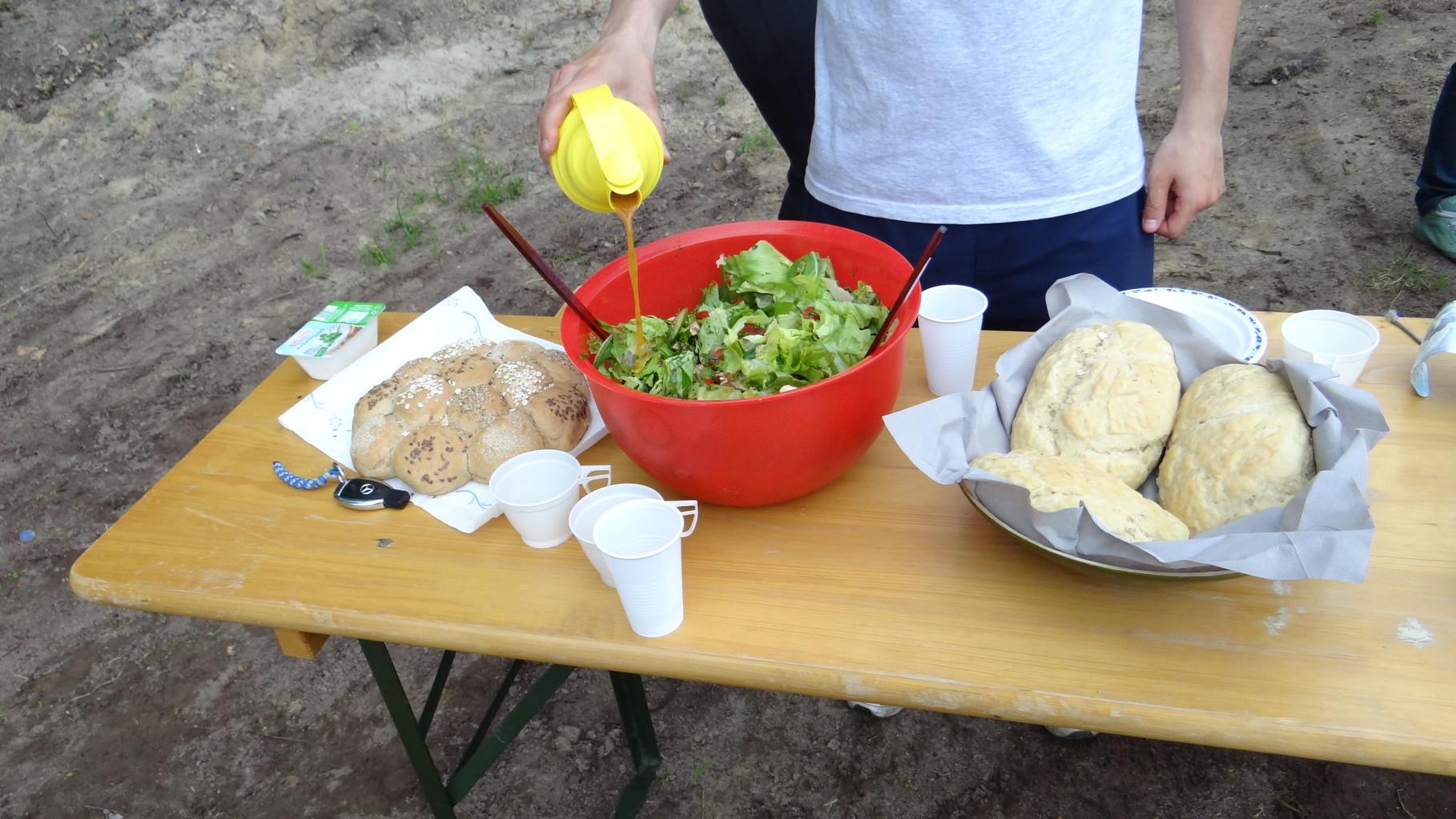 Im Ziel: Salat, Spieße, Brot und Kräuterquark
