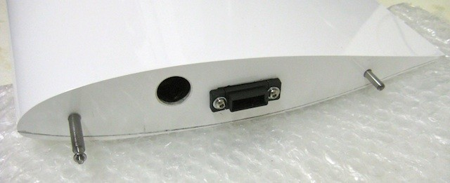 S-BUS-Stecker und Arretierung an Tragflächenwurzel