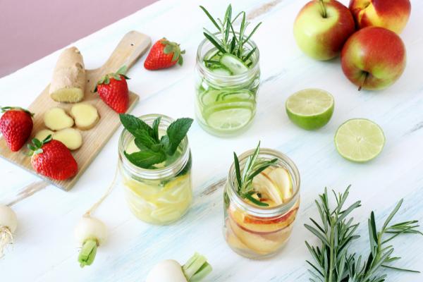 Plaisir des boissons aromatisées faites maison pour éviter la déshydratation