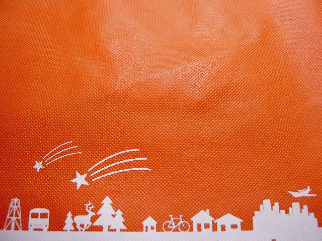 不織布バッグの印刷例:オレンジ生地に白色のシルク印刷
