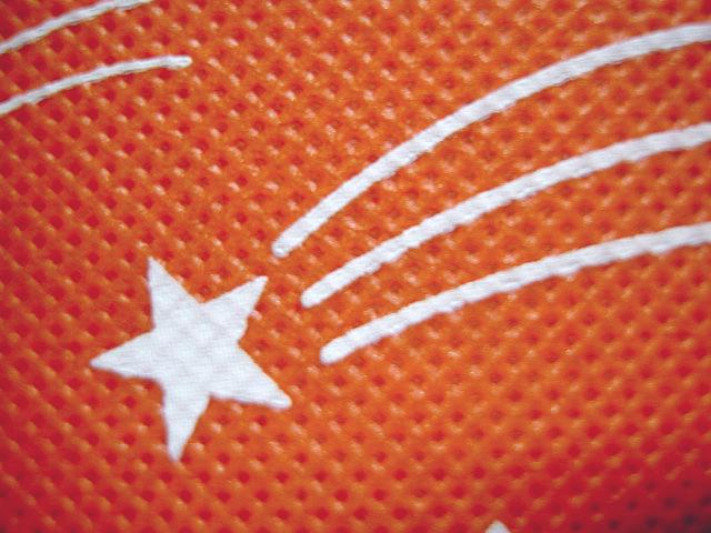 不織布バッグの印刷:オレンジ色の不織布に白色シルク印刷の拡大画像.1