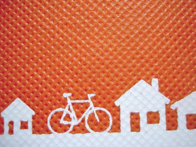 不織布バッグの印刷:オレンジ色生地に白色シルク印刷の拡大画像
