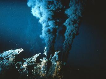 Fumeurs noirs: ces eaux localisées sur les dorsales sismiques contiennent des substances minérales dissoutes et des particules noires de sulfure de fer. Cnrs Photothèque/ Jean-Louis Cheminée