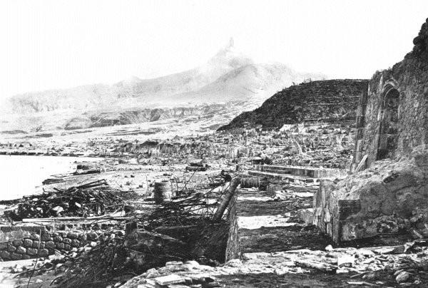 La ville de Saint-Pierre après l'éruption de la montagne Pelée. Sources: Photographies  A. Lacroix - 1902