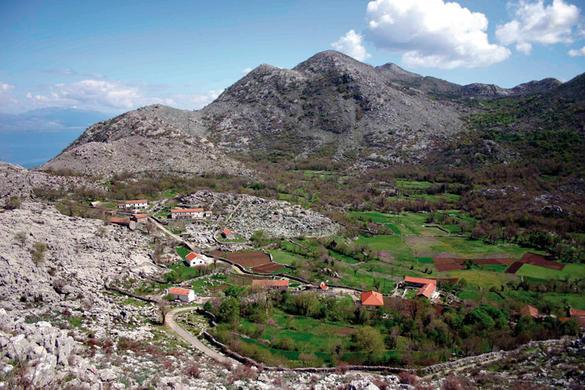 Paysage dans lequel on retrouve un village au centre d'une cuvette et des collines autour. Le village s'est développé au centre de la cuvette, là où l'eau s'accumule le plus lors des pluie et permet des cultures vivrières (céréales)Sources: le petit futé.