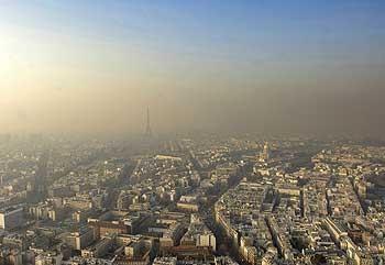 Couche de pollution sur la ville de Paris en été.