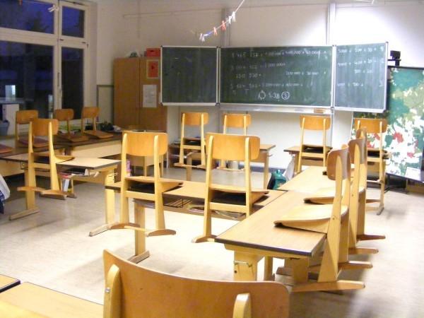 So sieht es in der 4b aus. Da noch keine Kinder da sind, stehen noch alle Stühle oben.