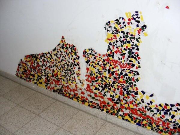... und ganz unten entsteht ein großes Mosaik, an dem schon einige Klassen mitgearbeitet haben.
