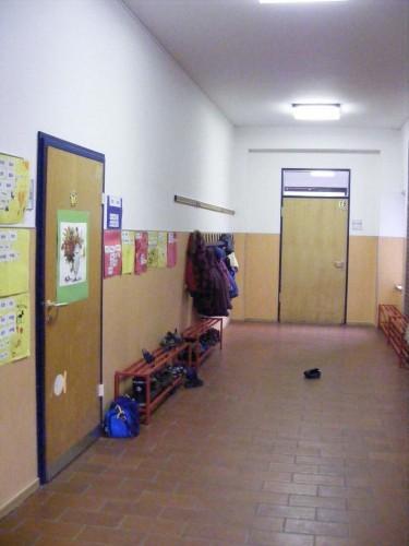 Um die Ecke rechts geht´s zur 1a (linke Tür) und zur Betreuung (geradeaus).