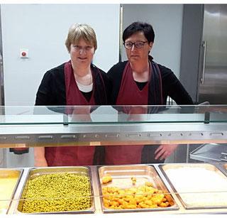 Silke Bäßmann und Bettina Kalmbach (Mitarbeiterinnen der Essensausgabe)