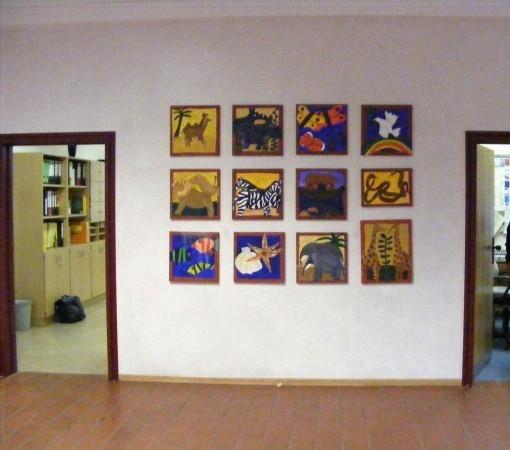 Überall in der Schule findet man Kunstwerke von Kindern. Hier ist auch das Zimmer von unserem Hausmeister, Herrn Fieber.