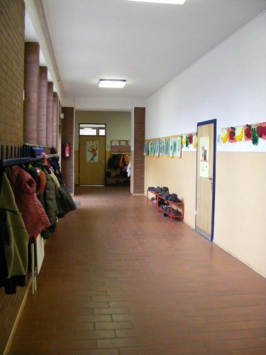 Um die Ecke links geht´s zur 1b (Tür rechts) und zu den zweiten Klassen (ganz hinten).
