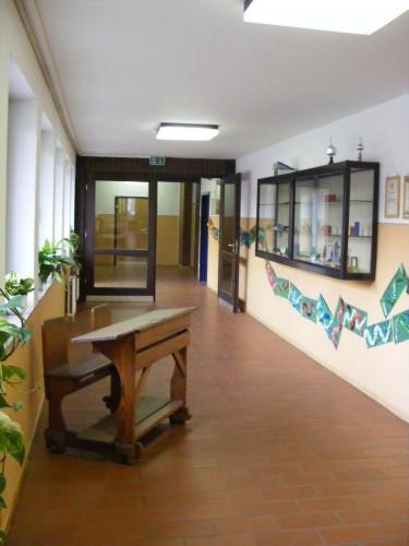 Vom Flur der Verwaltung kann man noch weitergehen. Eine alte Schülerbank erinnert uns daran, wie Schulen früher mal ausgestattet waren.
