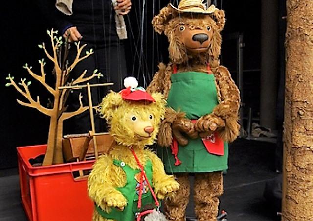 Das Schweizer Bärentheater beim Aufbau...