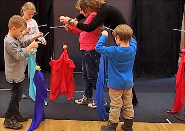 Kinder und Erwachsene übten gleich darauf unter kundiger Anleitung selbst...