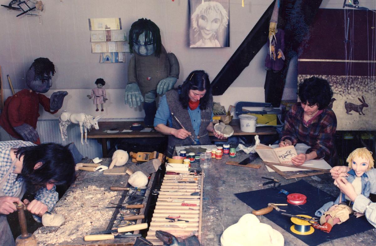 1974  Bekanntschaft mit Fritz Herbert Bross, Koryphäe auf dem Gebiet der Marionette.Danach, von 1979 – 82  Künstlerische und handwerkliche  Ausbildung bei Gerhards Marionetten, Schwäbisch Hall
