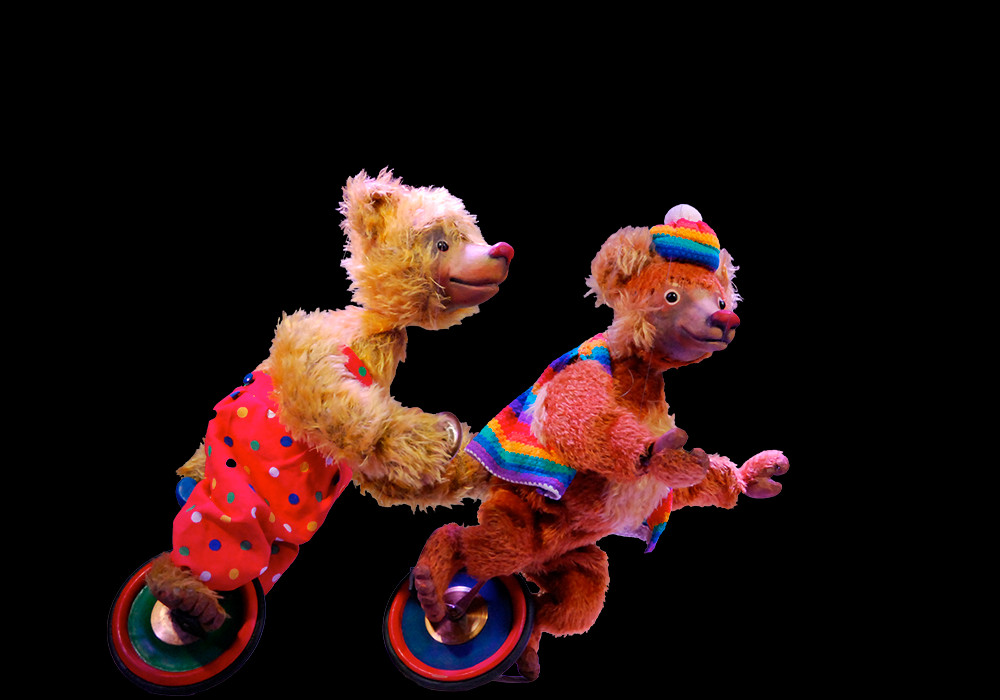 With a spectacular unicycle act Ben, the bear, closes the performance