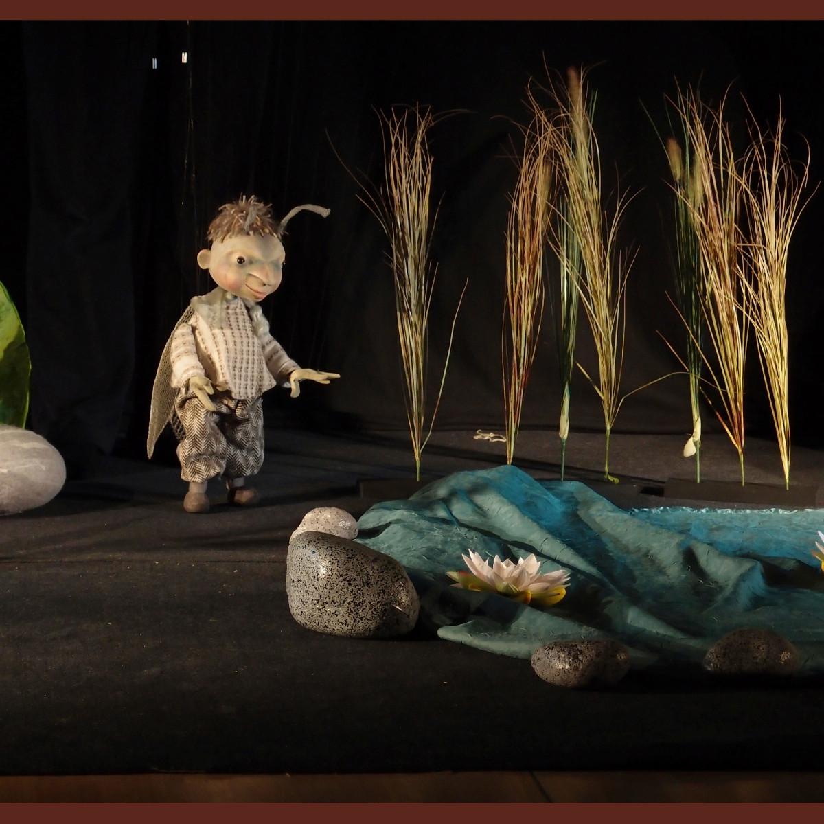 Marionette, Licht und Bühnenbild verschmelzen wirkungsvoll.