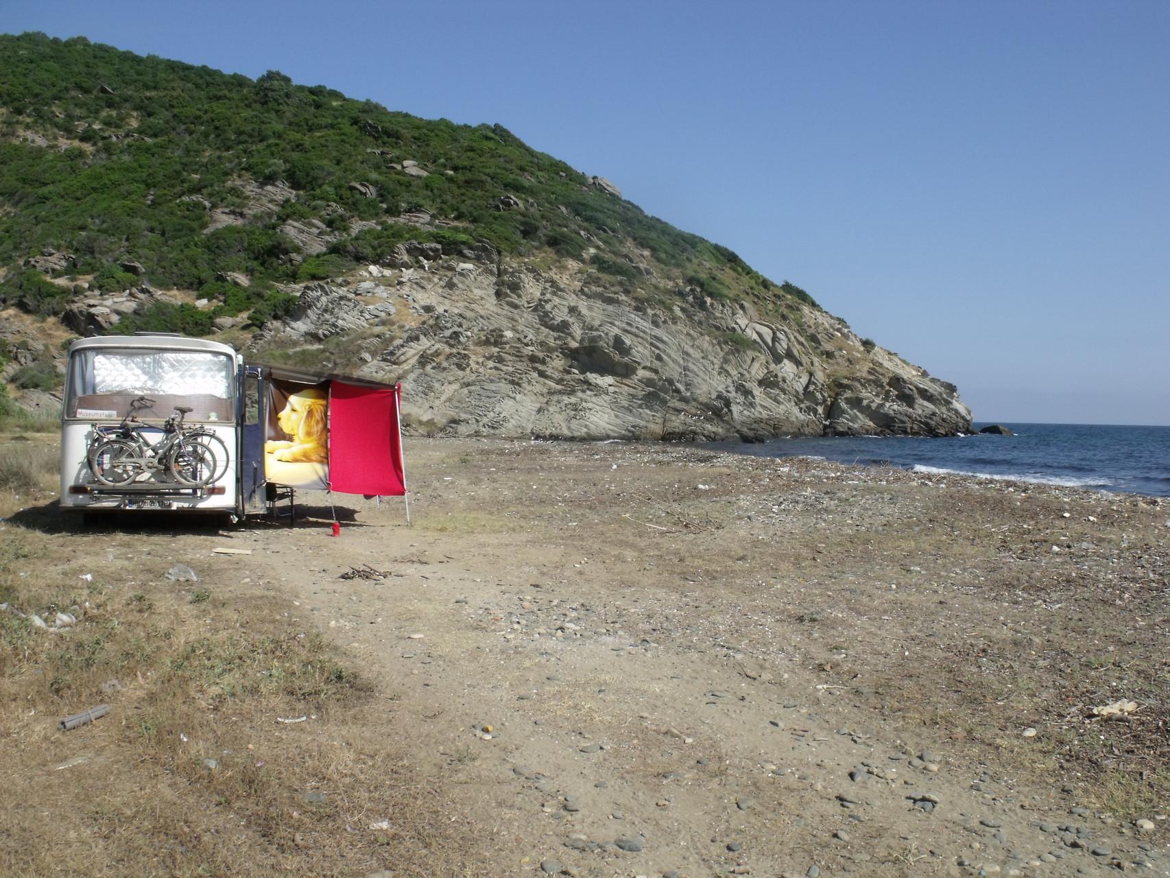 Abgelegener Strand auf der Halbinsel Kapidaki, die Tücher dienen uns als Sonnenschutz