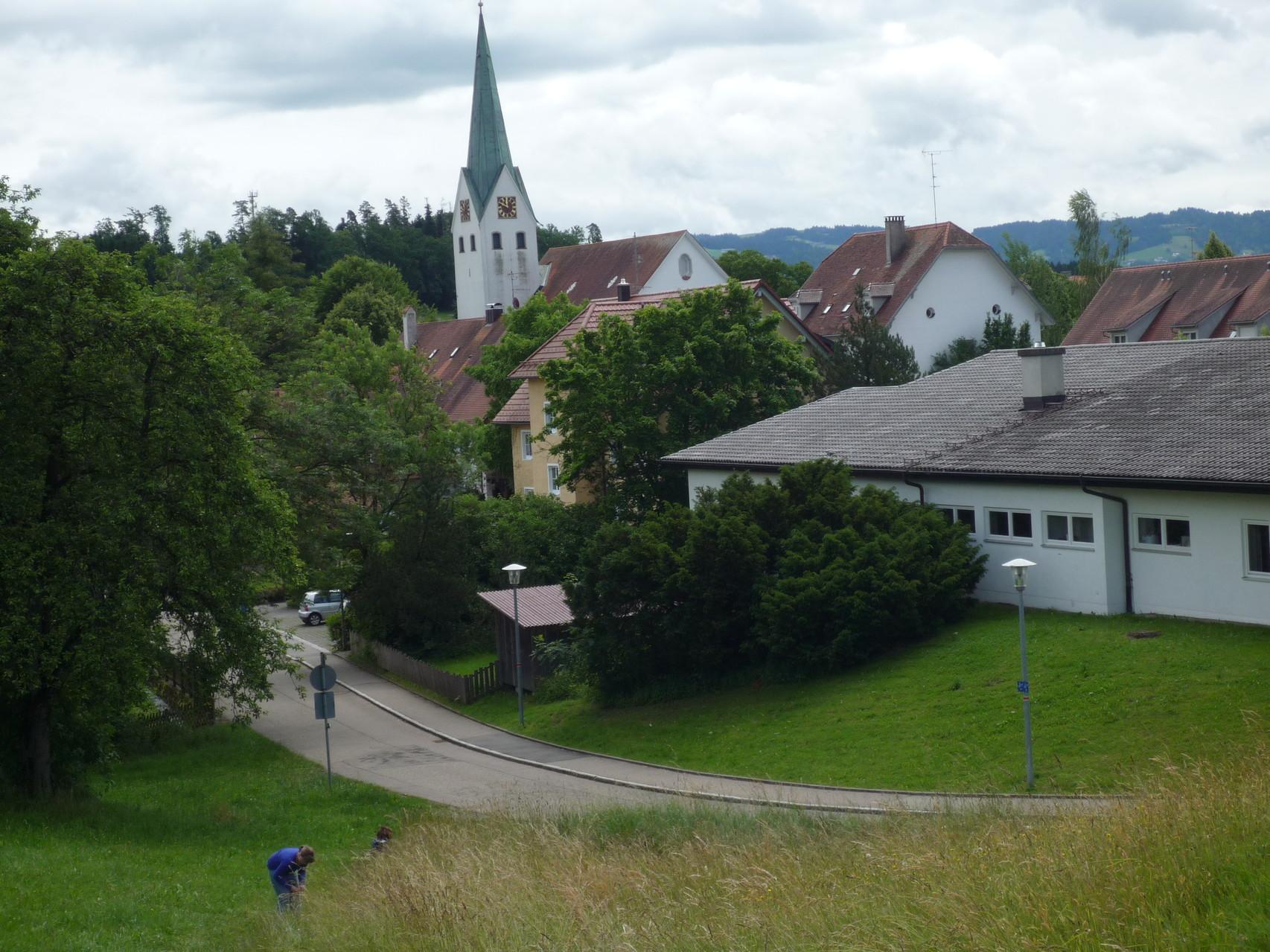 """Blick vom """"Hangnach"""" auf die katholische Kirche St. Pelagius, rechts im Vordergrund der Kindergarten"""