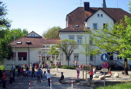 Pausenhof und Schulhaus