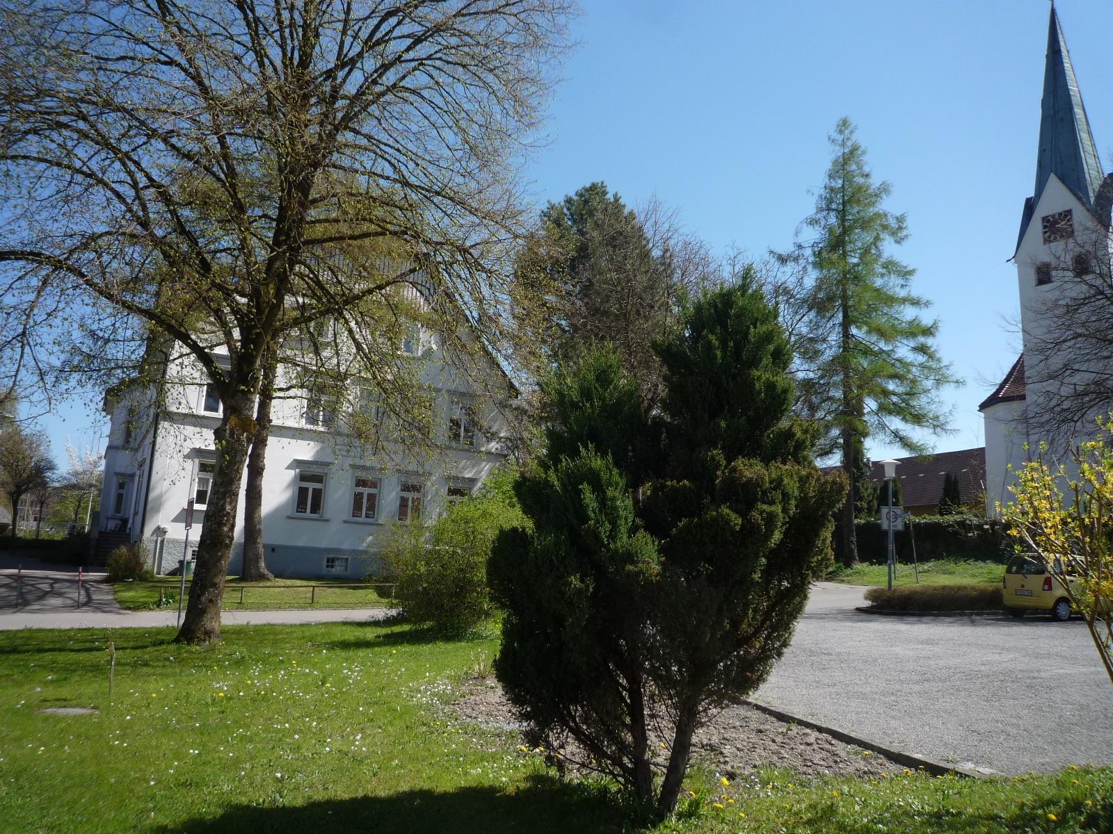 Blick auf die Schule vom Parkplatz aus