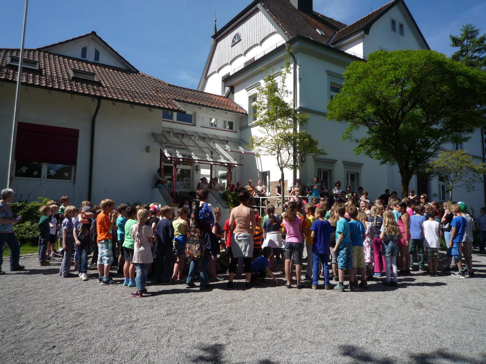 Schulhof und Eingang