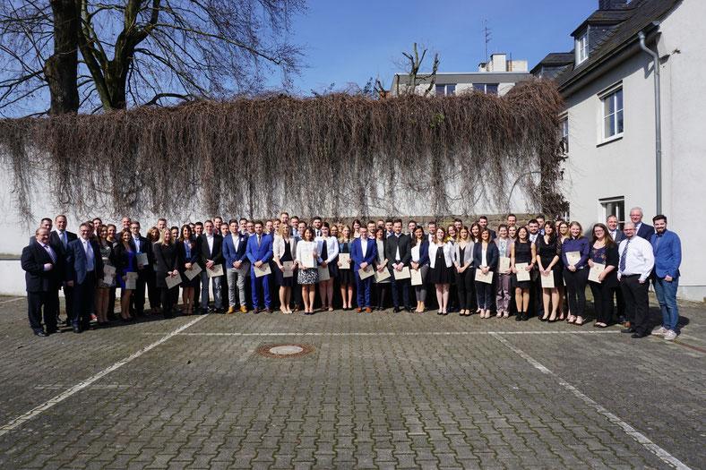 Die glücklichen Absolventinnen und Absolventen des XVI. Studienganges zum/zur Betriebswirt/in (VWA) mit dem VWA-Team Trier