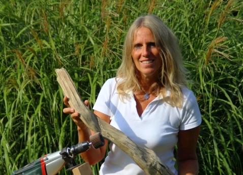 Tanja Feldmeier beim Bearbeiten eines Schwemmholz / Treibholz - HOLZ-ISCH