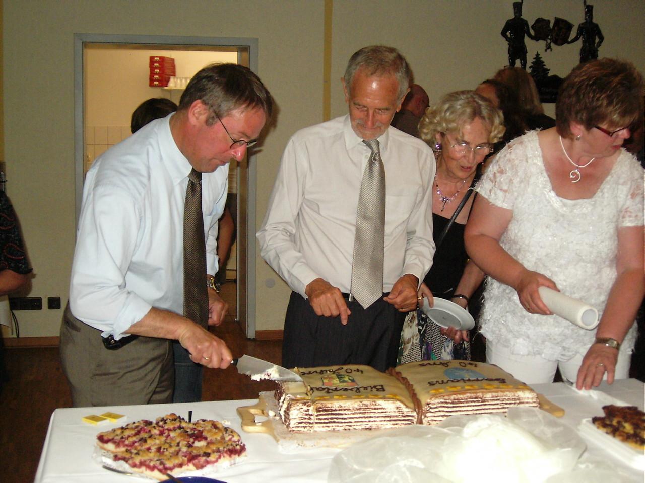 Anschnitt der Torte durch die beiden Bürgermeister