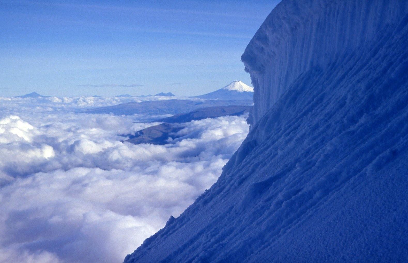 Aus der Höhe wirkt der Chimborazo klein - ewiges Eis überall
