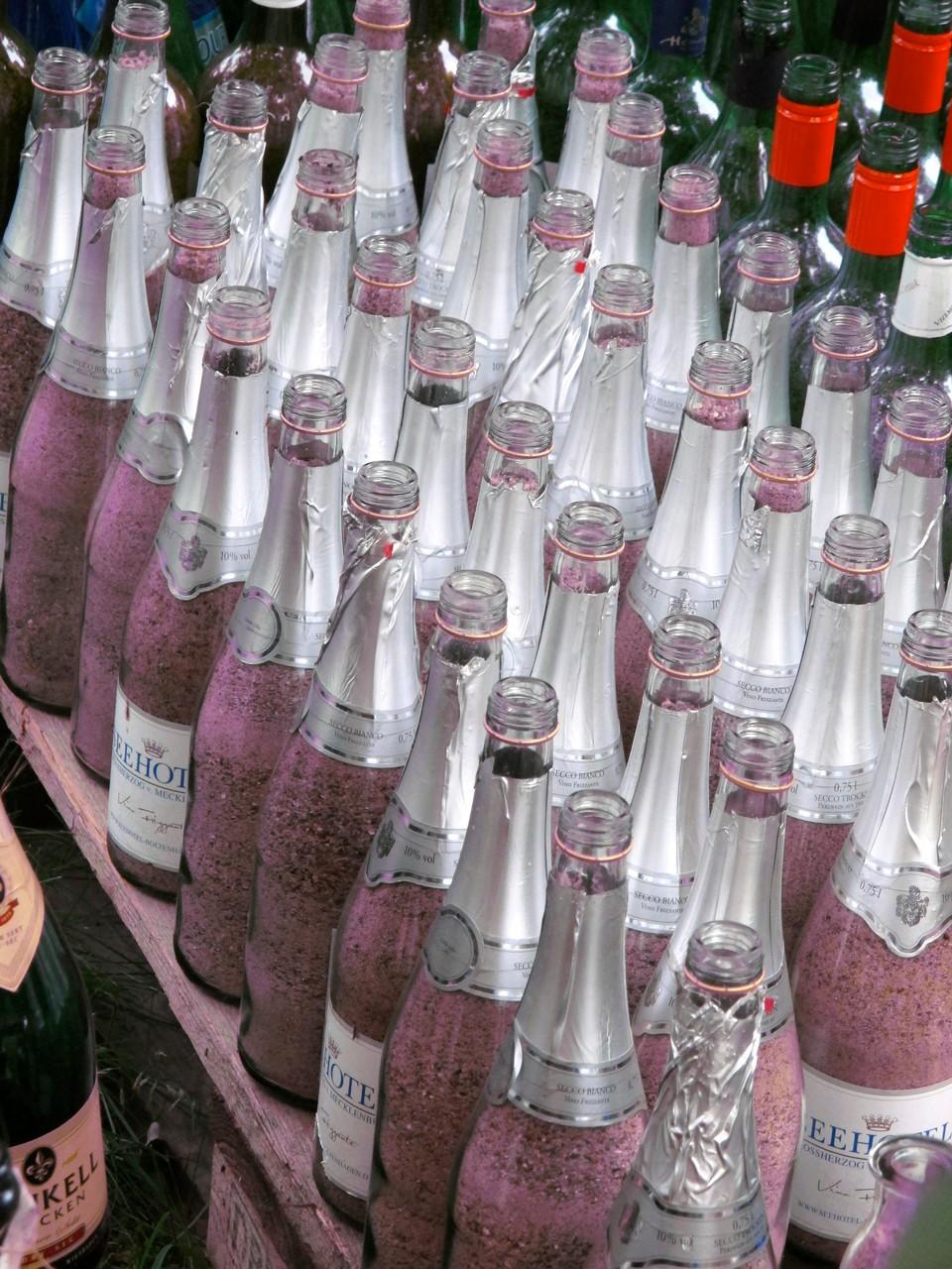 """Flaschen des Seehotels """"Grossherzog von Mecklenburg"""" warten auf ihren Einsatz."""