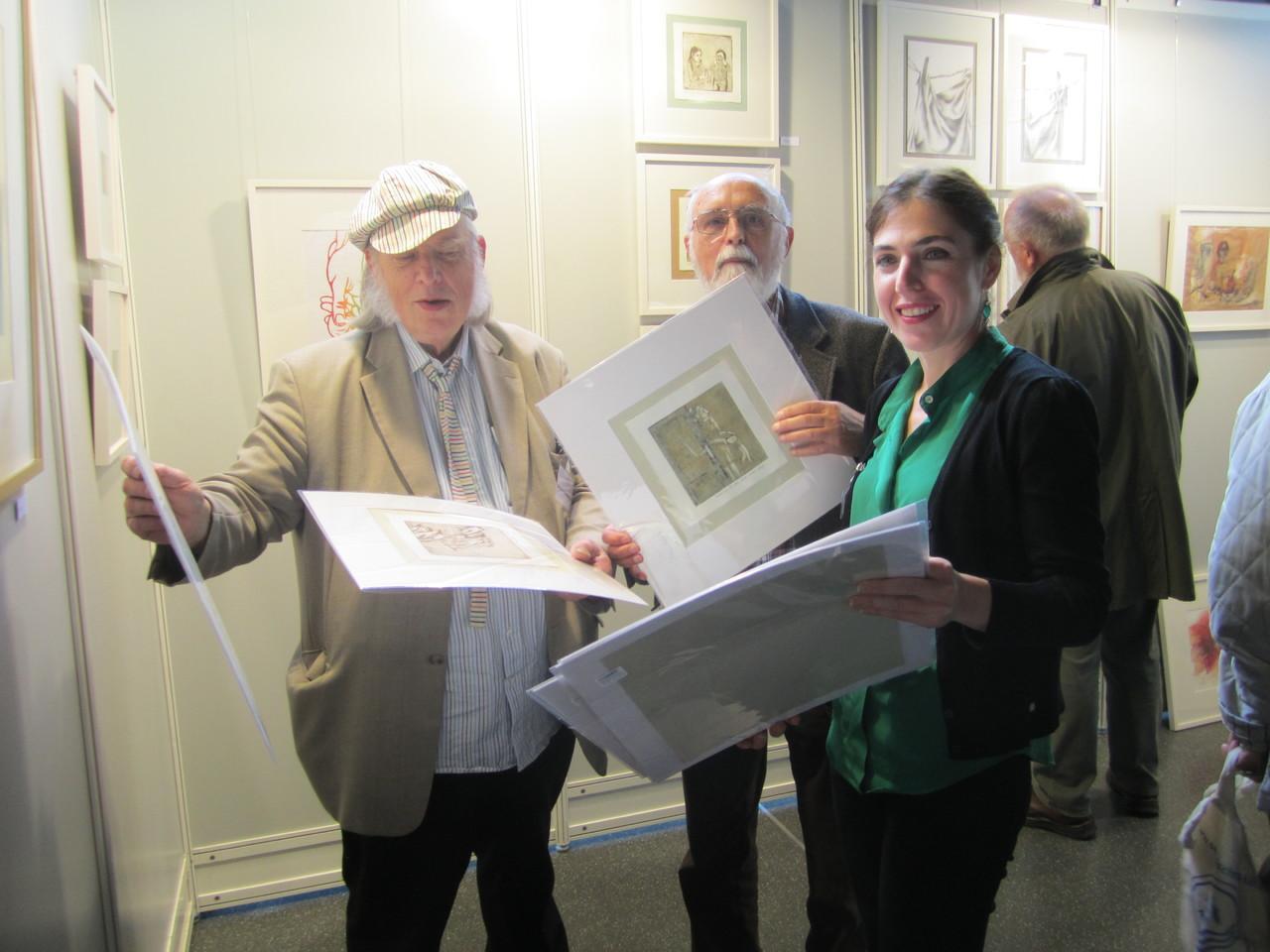 Schau der 1000 Bilder des BBK Künstlerin im gespräch mit Prof. Schwichtenberg und Buchhendler Herrn Cramer