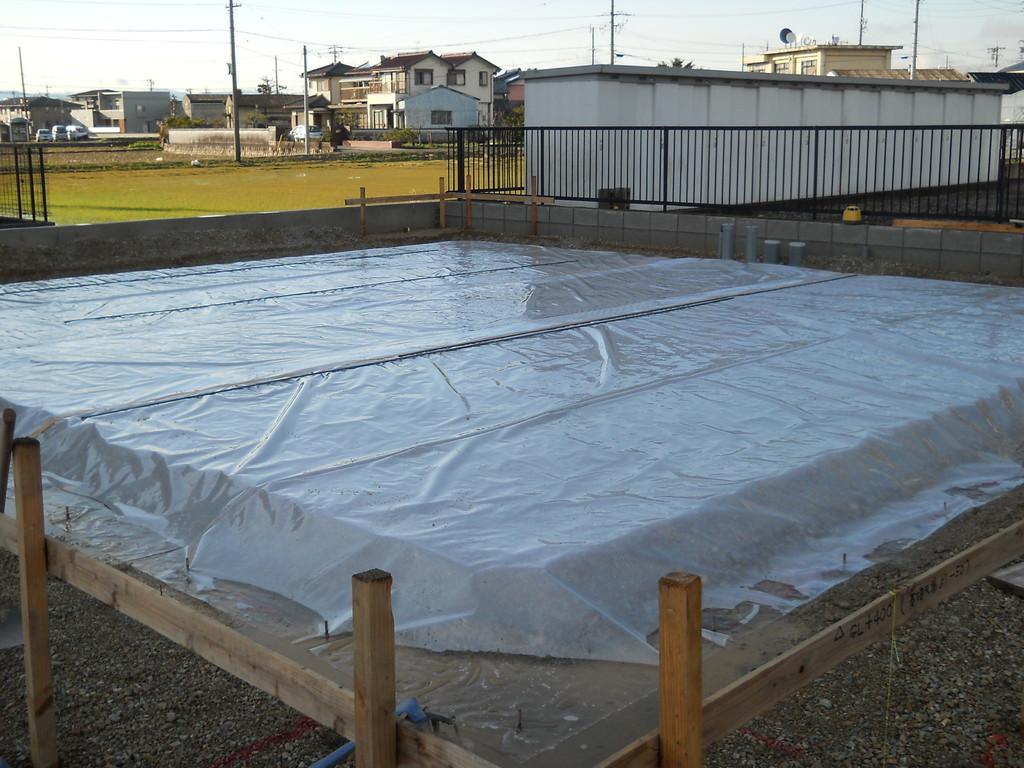 砕石敷き完了後、防湿シート敷き