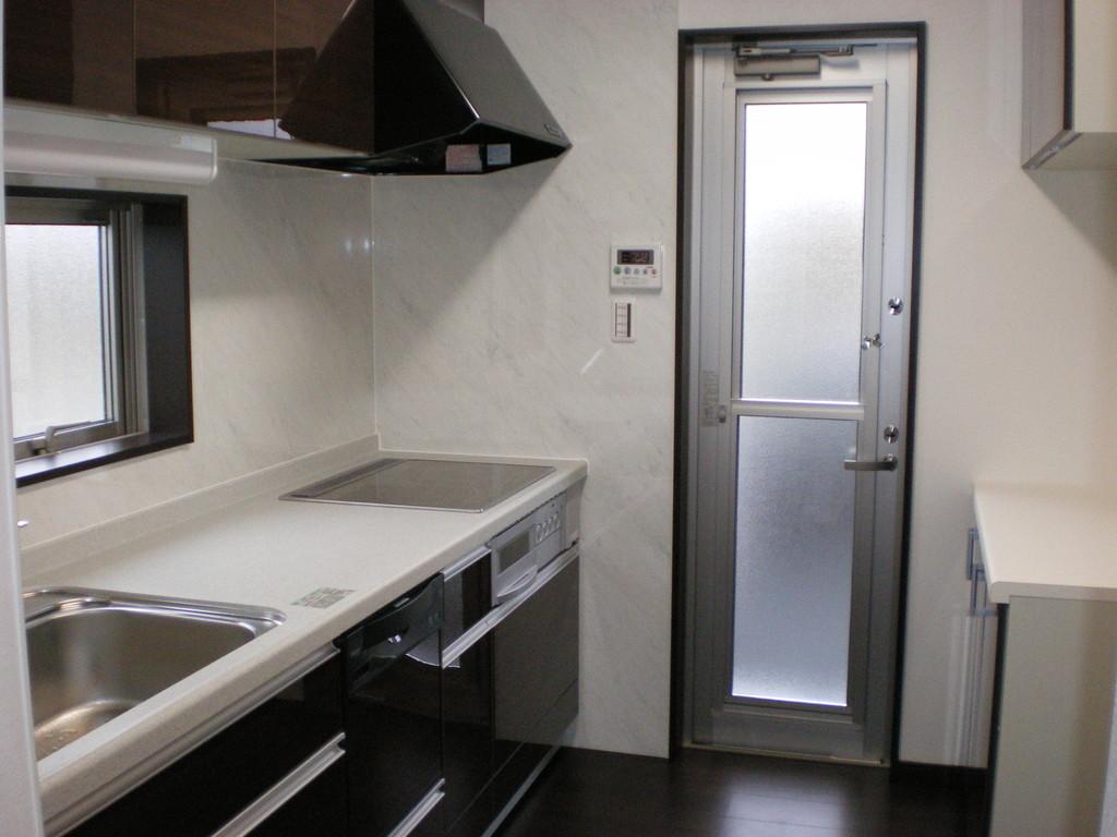 左システムキッチン 右キッチンとおそろいの棚と台