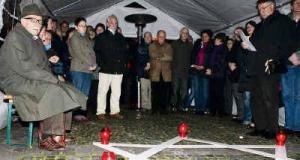 Vor einem Davidstern gedenken Bürger der ermordeten Juden. TV-Foto: Christoph Strouvelle Bernkastel-Kues.