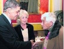 Die 93-jährige Rosa Mehn bedankt sich bei Romani Rose. In der Mitte Renate Khoschlessan. TV-Foto: Clemens Beckmann