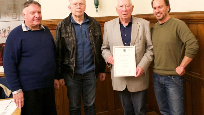 Der bisherige Vorsitzende Lother Zirbes erhält die Auszeichnung zum Ehrenvorsitzenden. Im Bild Hans-Peter Kuhn (Kassenwart), Günter Kieren (Vorsitzender), Lothar Zirbes, Dr. Tobias Neuberger (Schriftführer) (von links). Foto: privat  Foto: (m_mo )