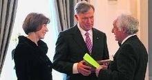 Als Präsent hatte Yaghoub Khoschlessan (rechts) Bundespräsident Horst Köhler und dessen Gattin einen edlen Wein in ebenso edler Verpackung mitgebracht. Foto: Annette Herrmann